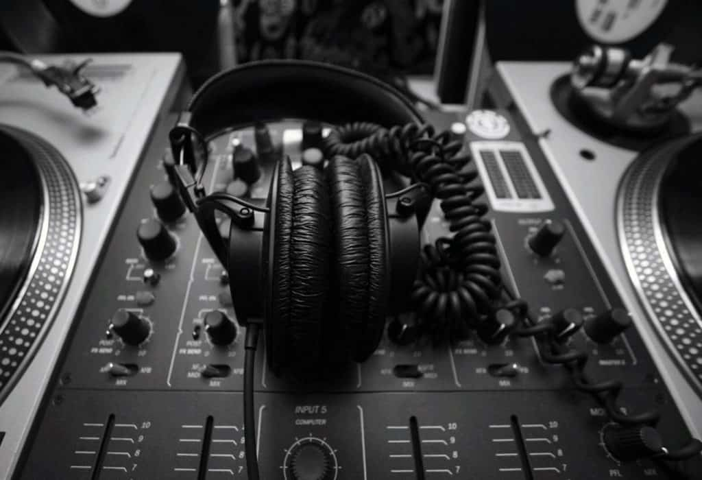 black and white picture of headphones