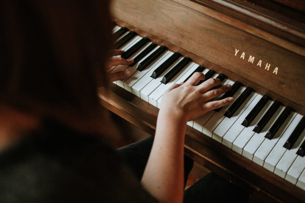 Blind pianist becomes familiar with the sound and location of the keys